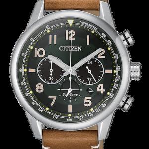 Orologio uomo Citizen Ca4420-21X, Eco Drive a carica luce con riserva di carica di 270 giorni.Cronografo a 1/5 di sec. fino a 60 minuti.Cassa in acciaio con fondo serrato a vite. Cinturino in pelle marrone chiaro. WR 10 bar.Diametro cassa 43 mm.
