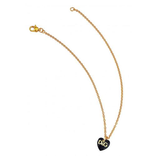 Collana donna D&G DJ1056 realizzata in acciaio ip oro giallo, collana con pendete forma cuore colore nero e logo D&G ip oro.