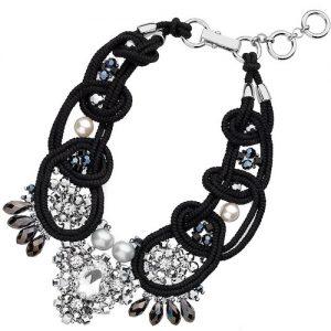 Collana Donna Gioielli Ottaviani 500190C Gioiello realizzato in lega di zinco e macrame' di colore nero arricchito da strass,cristalli, perle bijoux e pietre in vetro. Gioiello delle dimensioni di 485 mm con chiusura a moschettone.
