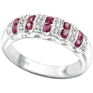 Anello Donna Gioielli Bliss Cabaret 20074010 della collezione Cabaret. Anelloin oro bianco di 18 carati, brillante di carati 0,10 e rubino di carati 0,70. questo anello viene realizzato direttamente da bliss della tua misura. quando ordini questo gioiello, indicaci di quale misura lo preferisci, provvederemo ad ordinarlo per te.